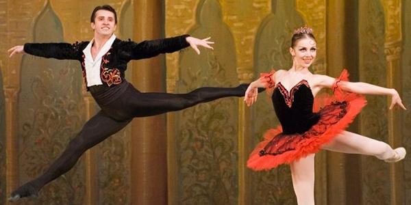 Bailarines en escena de la Gala con grandes estrellas del Ballet Ruso